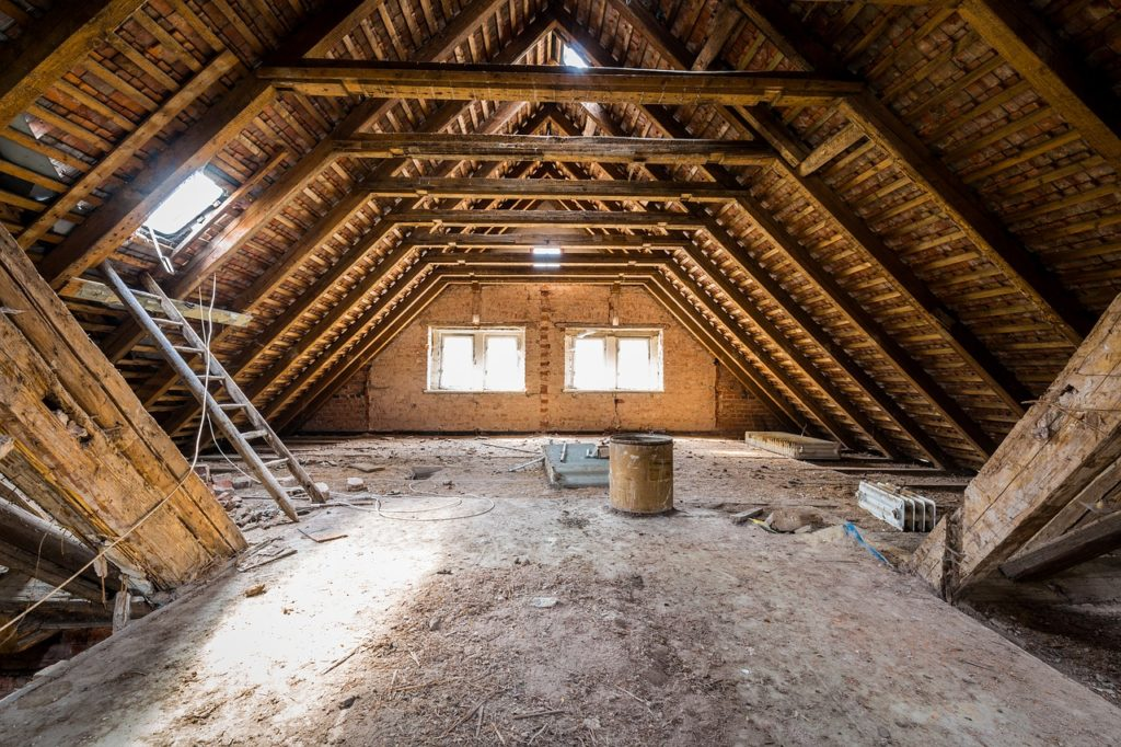 Attic Dirty Abandoned Empty Wood  - lppicture / Pixabay