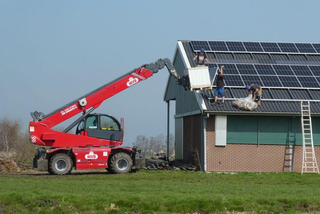 Building Solar Panels Truck  - Elsemargriet / Pixabay
